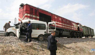 Tren otomobile çarptı: 1 ölü, 2 yaralı