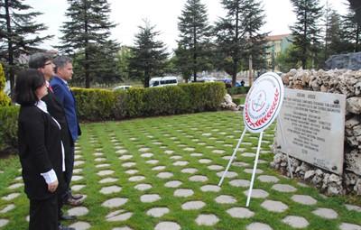 Çelenkler Atatürk Anıtı'na – Kocatepe Gazetesi