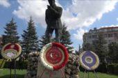 Atatürk'e saygı çelenkleri sunuldu