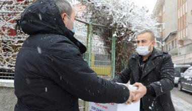 Belediye esnafa gıda paketi dağıttı