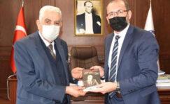 Gazeteci Özsoy'dan Rektör Okumuş'a Kitap Armağanı