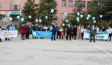 Otizmli çocuklar gökyüzüne mavi balon bıraktı