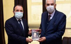 Özsoy, yakın tarihe tanıklık ettiği  kitabını Karakaş'a hediye etti