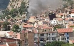 Burmalı'da yangın: 3 evin çatısı zarar gördü