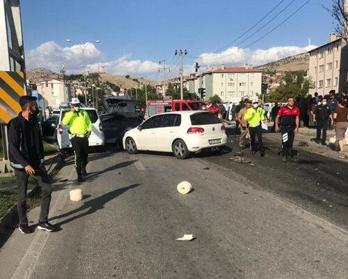 Kaza anı güvenlik  kamerasına yansıdı: Zincirleme trafik kazasında  1 kişi öldü, 4 kişi yaralandı