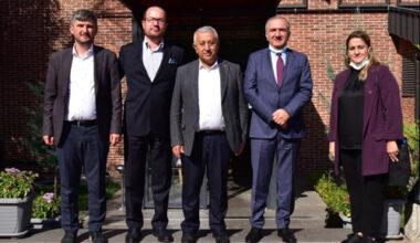 Başkan Zeybek, PARKHAYAT Hastanesi'ni ziyaret etti
