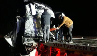 Yolcu otobüsü tıra çarptı: 11 yaralı