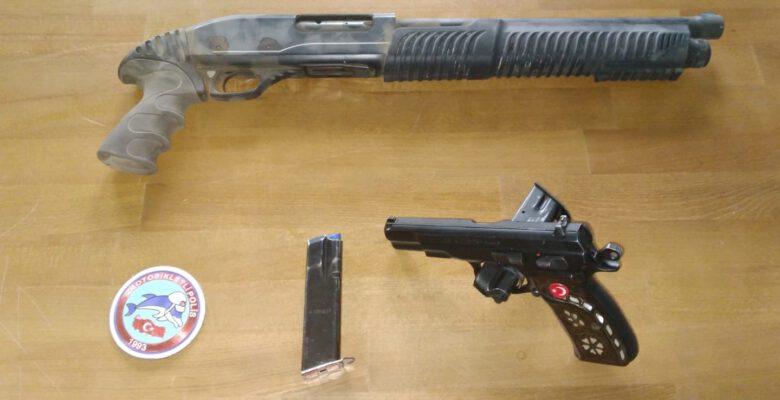 Araçlarında silah taşıyanlar polise takıldı